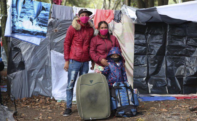 Migrantes venezolanos viajan a la frontera de Colombia