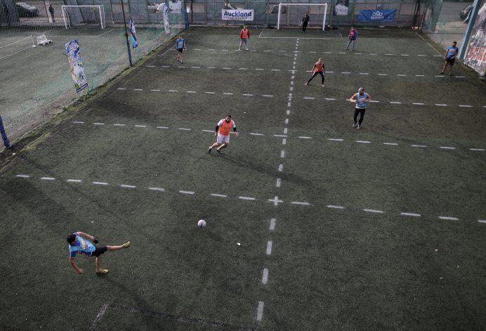 Metegol humano reaviva el fútbol en Argentina