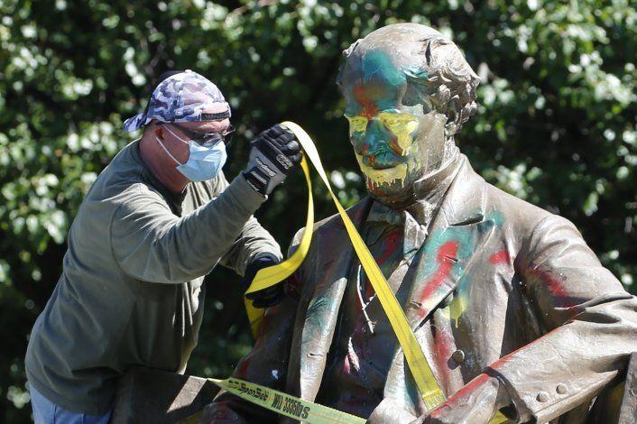 Retiran segunda estatua confederada en Richmond, Virginia