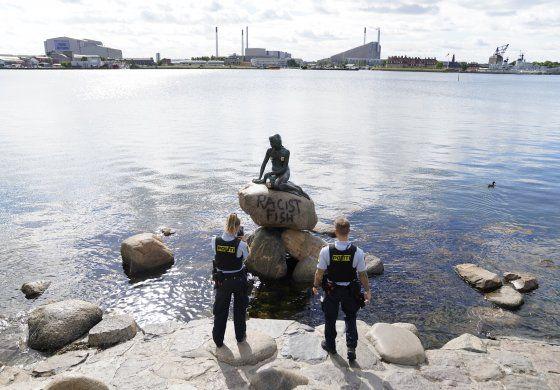 Vándalos pintarrajean estatua de la Sirenita en Copenhague