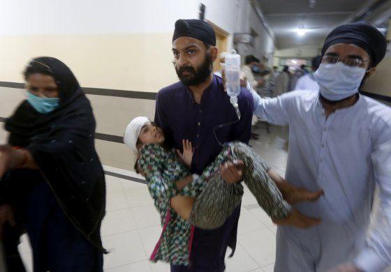 Choca tren con autobús en Pakistán; 20 muertos