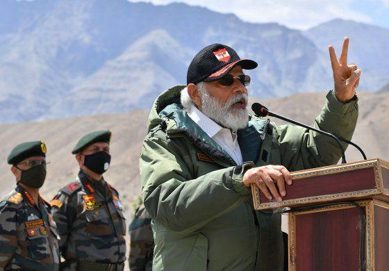 Primer ministro indio visita base militar cerca de China