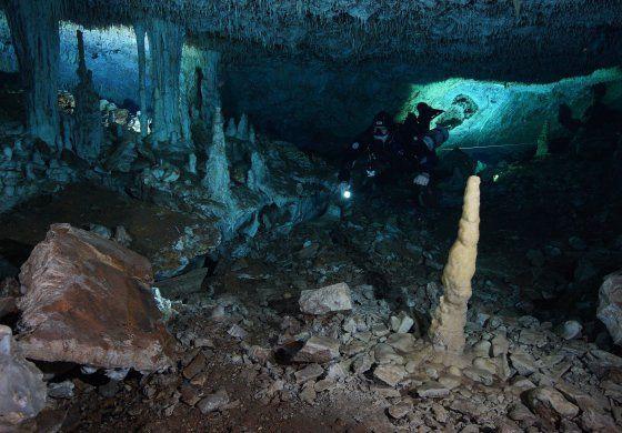 Hallan antigua mina de ocre en cuevas submarinas de México