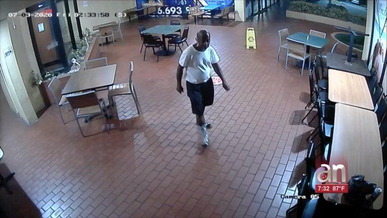 Captado en cámara quedó un hombre que entró a robar a un restaurante del oeste de Miami en la madrugada de este viernes