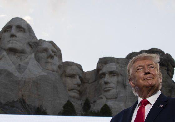 Campaña de Trump acusa a Univision de recomendar clásico del marxismo latinoamericano