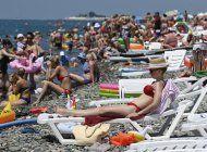 ignoran medidas sanitarias en playas de rusia y ucrania