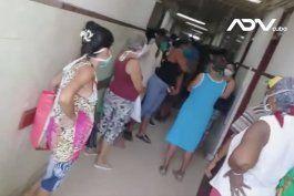 falta de medicos provoca aglomeraciones de cubanos en hospital la benefica