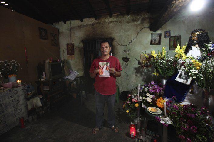 México detiene a dos investigadores del caso Ayotzinapa