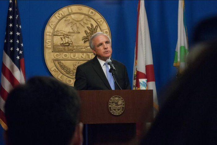 Comisión de Miami-Dade aprueba creación de panel civil para investigar a la policía, pero alcalde lo puede vetar