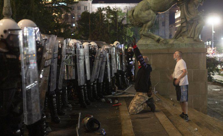 Cientos de personas intentan irrumpir en parlamento serbio