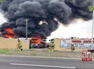 incendio en un rastro de vehiculos en opa-locka quemo decenas de autos