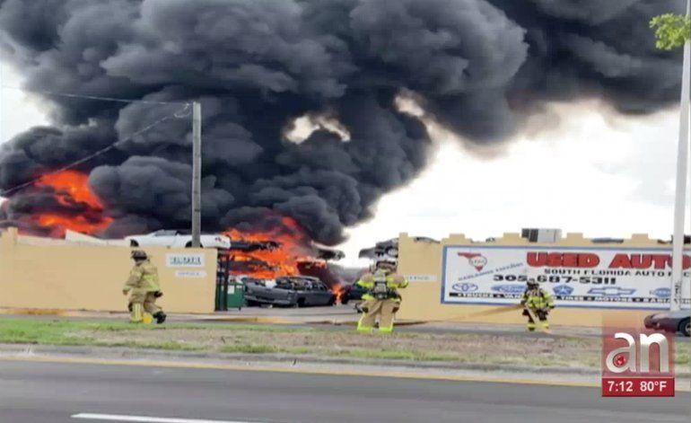 Incendio en un rastro de vehículos en Opa-Locka quemó decenas de autos