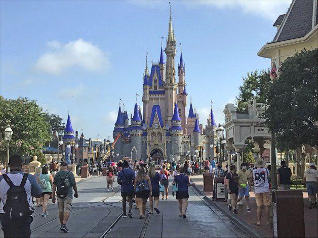 Clubes de NBA reducen comitivas para jugar en Disney