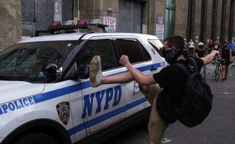 Más de 300 vehículos policiales dañados en protestas en NY