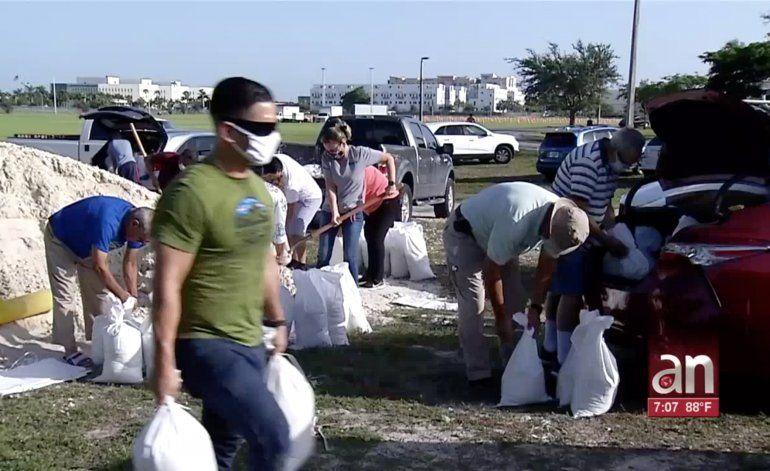 Autoridades piden prepararse ante el impacto del huracán Isaías en el condado Miami-Dade