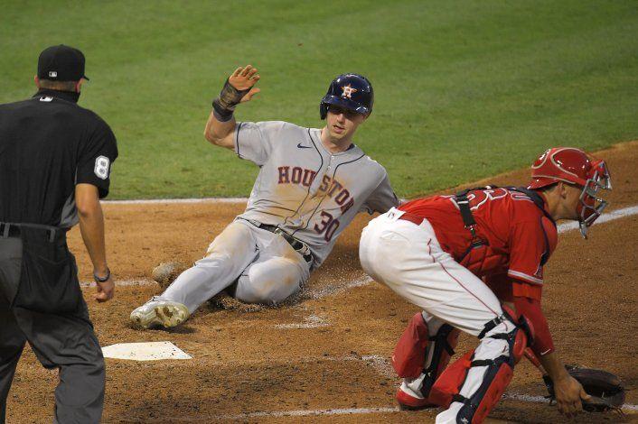 Tucker impulsa 4 y guía a Astros en triunfo sobre Angelinos