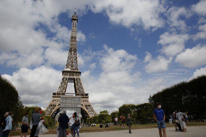Francia aplica tests de virus a visitantes de 16 naciones