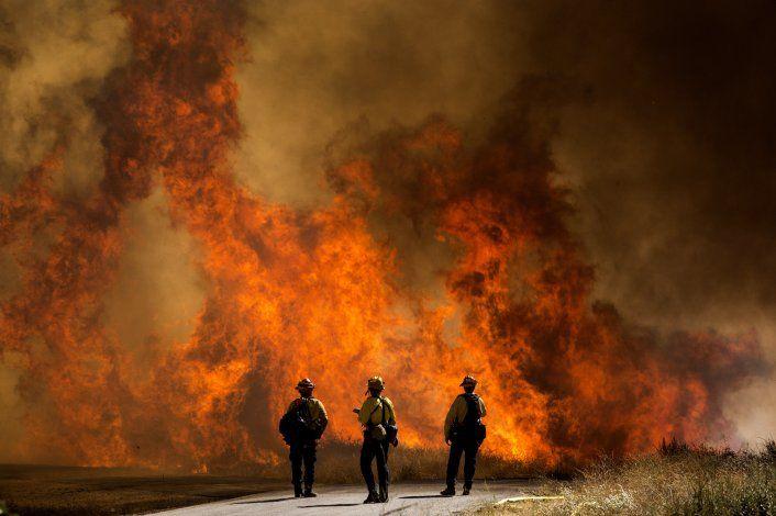 Fuerte incendio en sur de California causa evacuaciones