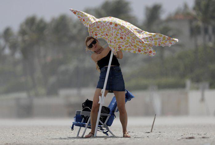 La tormenta Isaías llega a una Florida golpeada por el virus