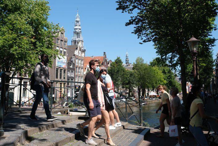 Ámsterdam y Rotterdam ordenan uso de cubrebocas por virus