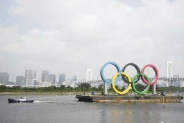 retiran los anillos olimpicos de la bahia de tokio