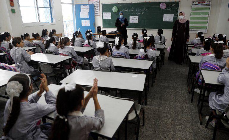Estudiantes regresan a la escuela en Gaza, sin cubrebocas