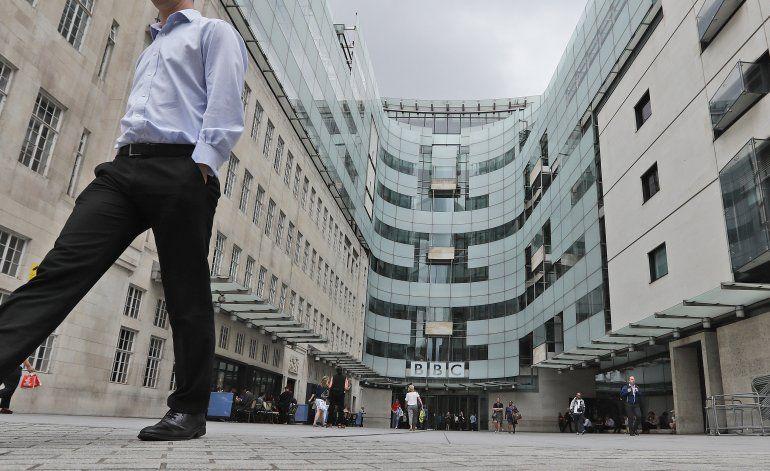 Renuncia locutor de la BBC por uso de insulto racial