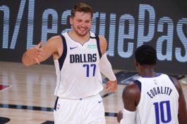 dallas gana a bucks 136-132 con 17mo triple-doble de doncic