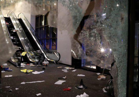 Saqueos en Chicago: así quedaron las tiendas de ropa, tecnología y supermercados desvalijados