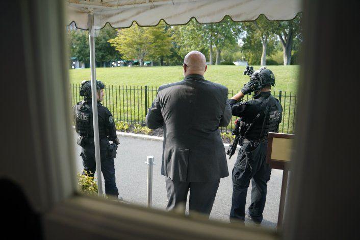 Trump sale abruptamente de sala de prensa de la Casa Blanca