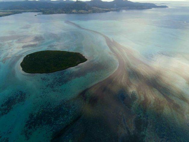 Barco encallado en Mauricio podría partirse en dos