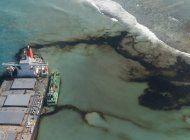 bombean combustible de carguero encallado en mauricio