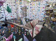 artista recuerda a victimas de covid con grullas de origami