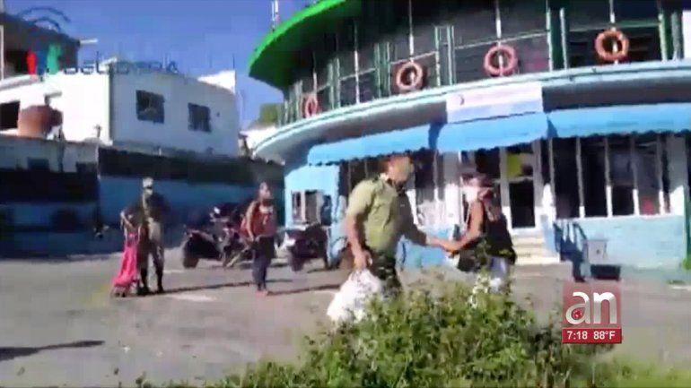Arrestan a matrimonio de opositores en las afueras de una tienda en La Habana