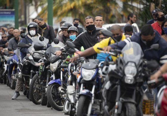 Vuelve escasez de gasolina a Venezuela