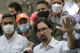 venezuela: opositor deja embajada chile tras estar refugiado