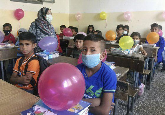 Niños en Siria regresan a clases tras coronavirus