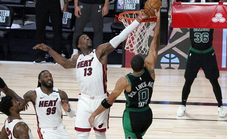 Tapa de Adebayo da a Heat victoria sobre Celtics
