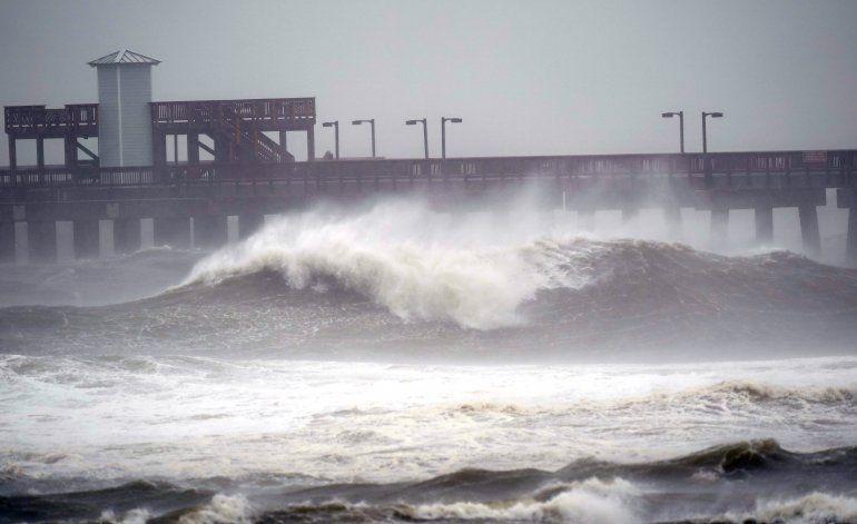 El huracán Sally toca tierra en Alabama, inundando casas