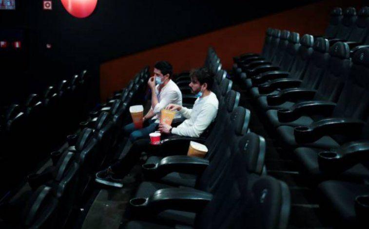 A partir de este viernes abrirán los cines, teatros y boleras en Miami-Dade