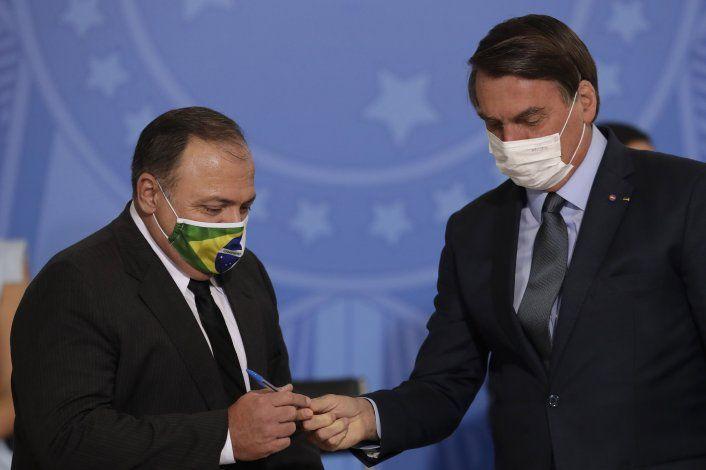 Brasil: General asume como ministro de Salud tras interinato