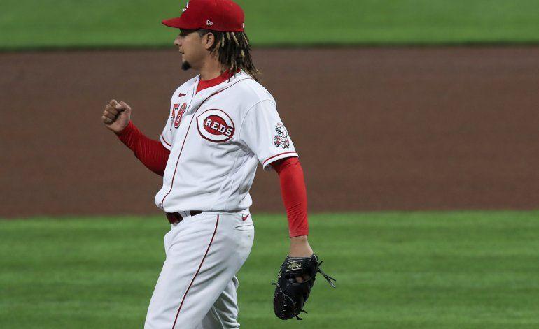 Castillo luce en 7 innings; Rojos barren a Piratas