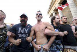 chocan policias y manifestantes en londres durante mitin