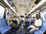 ola de violencia en transporte publico de miami: hombre apunala a otro dentro de un autobus