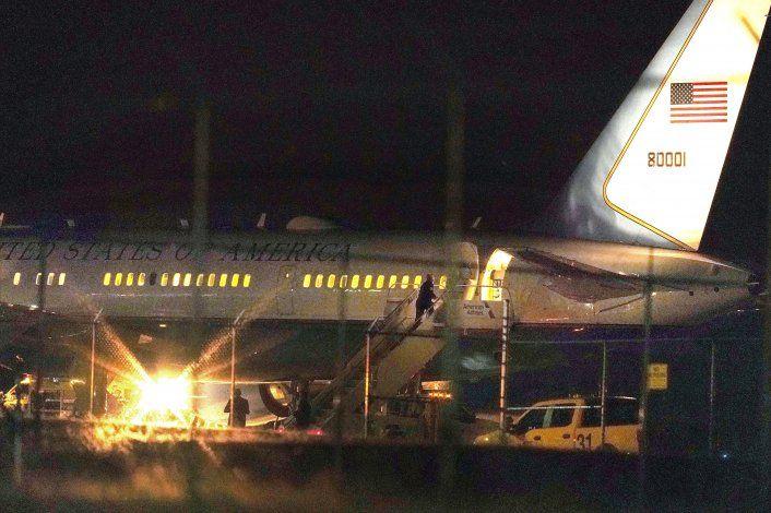 Avión en que viajaba Pence vuelve a tierra tras golpear ave