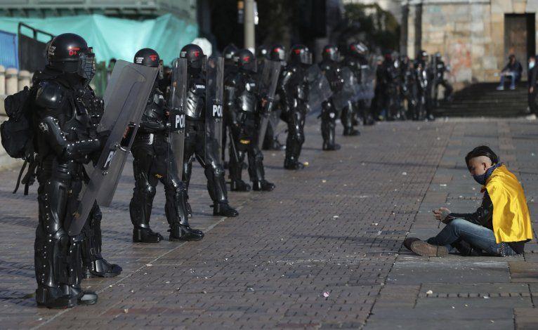 Aumenta tensión social en Colombia; dudas por fuerza pública