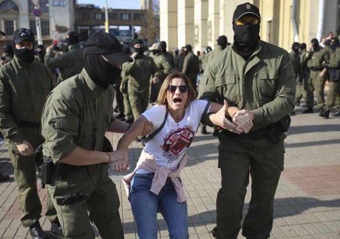Arrestan a decenas en protesta contra presidente bielorruso