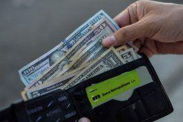 golpe a la economia castrista: sancionan a empresa que emite tarjetas electronicas para remesas en cuba