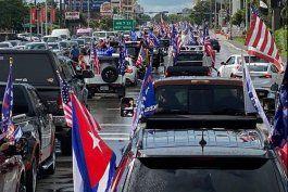 miles de cubanos participaron en la caravana  anticomunista en miami