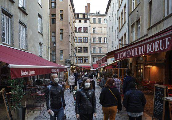 Francia supera nuevamente los 20.000 casos diarios y suma más de 160 muertos por coronavirus